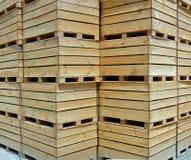 Apple en bois enferme dans une boîte la verticale de fond Image stock