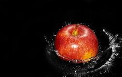 Apple en chapoteo del agua Foto de archivo libre de regalías