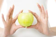 Apple en dedos Fotografía de archivo libre de regalías