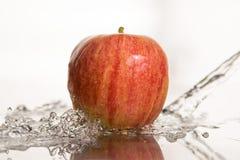 Apple en el agua Imagenes de archivo