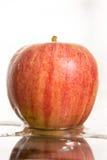Apple en el agua Fotos de archivo libres de regalías