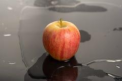 Apple en el agua Foto de archivo libre de regalías