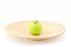 Apple en el centro de la placa Foto de archivo