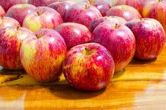 Apple en el de madera Foto de archivo