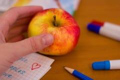 Apple en el escritorio de la escuela Imagen de archivo libre de regalías