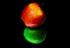 Apple en el espejo Foto de archivo libre de regalías