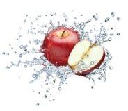 Apple en el espray del agua. foto de archivo