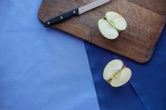 Apple en el fondo azul de madera Fotos de archivo