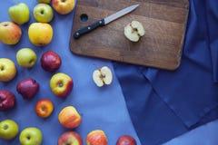Apple en el fondo azul de madera Foto de archivo libre de regalías