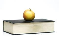 Apple en el libro Foto de archivo libre de regalías