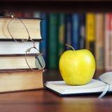 Apple en el libro abierto Imagenes de archivo