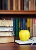 Apple en el libro abierto Fotos de archivo libres de regalías