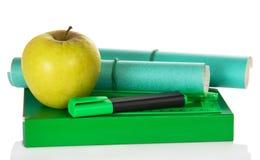Apple en el libro de ejercicio verde Imagen de archivo