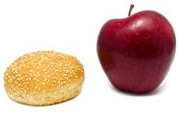 Apple en humburger op wit Stock Foto's