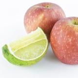 Apple en kalk op witte achtergrond wordt geïsoleerd die Stock Fotografie