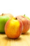Apple en la madera Fotografía de archivo