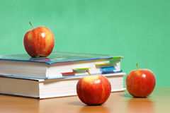 Apple en la pila de libros en sala de clase Imágenes de archivo libres de regalías
