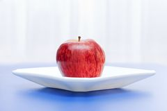 Apple en la placa blanca Fotos de archivo libres de regalías