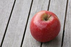 Apple en la tabla de madera Fotografía de archivo libre de regalías