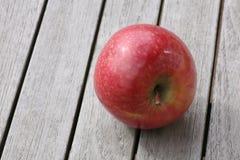 Apple en la tabla de madera Foto de archivo