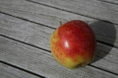 Apple en la tabla de madera Imagen de archivo