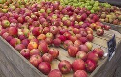 Apple en Perentribune bij een Lokale Markt stock afbeelding