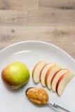 Apple en pindakaas in plaat stock foto