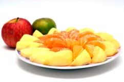 Apple en Sinaasappel op de schotel wordt gesneden die Royalty-vrije Stock Afbeeldingen