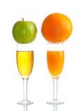 Apple en sinaasappel op glas sap Royalty-vrije Stock Afbeelding