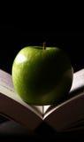 Apple en un libro Imagen de archivo