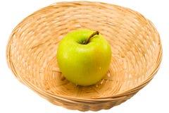 Apple en una cesta Imagen de archivo libre de regalías