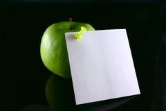 Apple en una nota Imagen de archivo libre de regalías