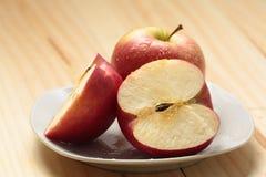 Apple en una placa blanca Fotografía de archivo libre de regalías