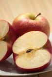 Apple en una placa blanca Foto de archivo