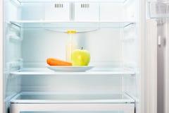 Apple en wortel met fles yoghurt in ijskast Stock Fotografie