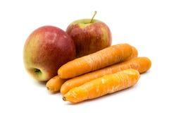 Apple en wortelen die op witte achtergrond wordt geïsoleerd stock foto's