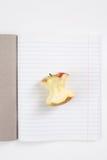Apple entkernen im offenen Notizbuch in der Linie Stockfoto