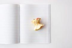 Apple entkernen im offenen Notizbuch in der Linie Stockbild
