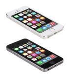 Apple espacia el iPhone gris y de plata 5S que exhibe IOS 8, diseñado Fotografía de archivo