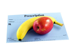 Apple et banane sur une prescription photos stock