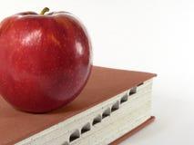 Apple et dictionnaire Photographie stock libre de droits