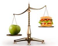 Apple et hamburger sur des locations conceptuelles d'échelles Photographie stock libre de droits
