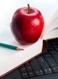 Apple et livre Images stock
