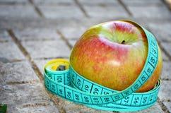 Apple et mètre Image libre de droits