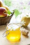 Apple et miel sur la table en bois légère Photo stock