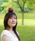 Apple fall på huvudet Royaltyfri Fotografi