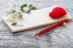 Apple fleurissent et la forme de coeur sur le fond en bois Images libres de droits