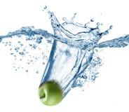 Apple fällt tief unter Wasser Lizenzfreie Stockfotos