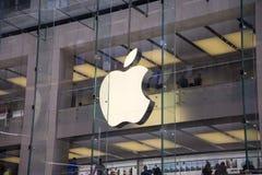 Apple font des emplettes en Sidney photos libres de droits