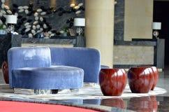 Apple formade stol och soffan Arkivbilder